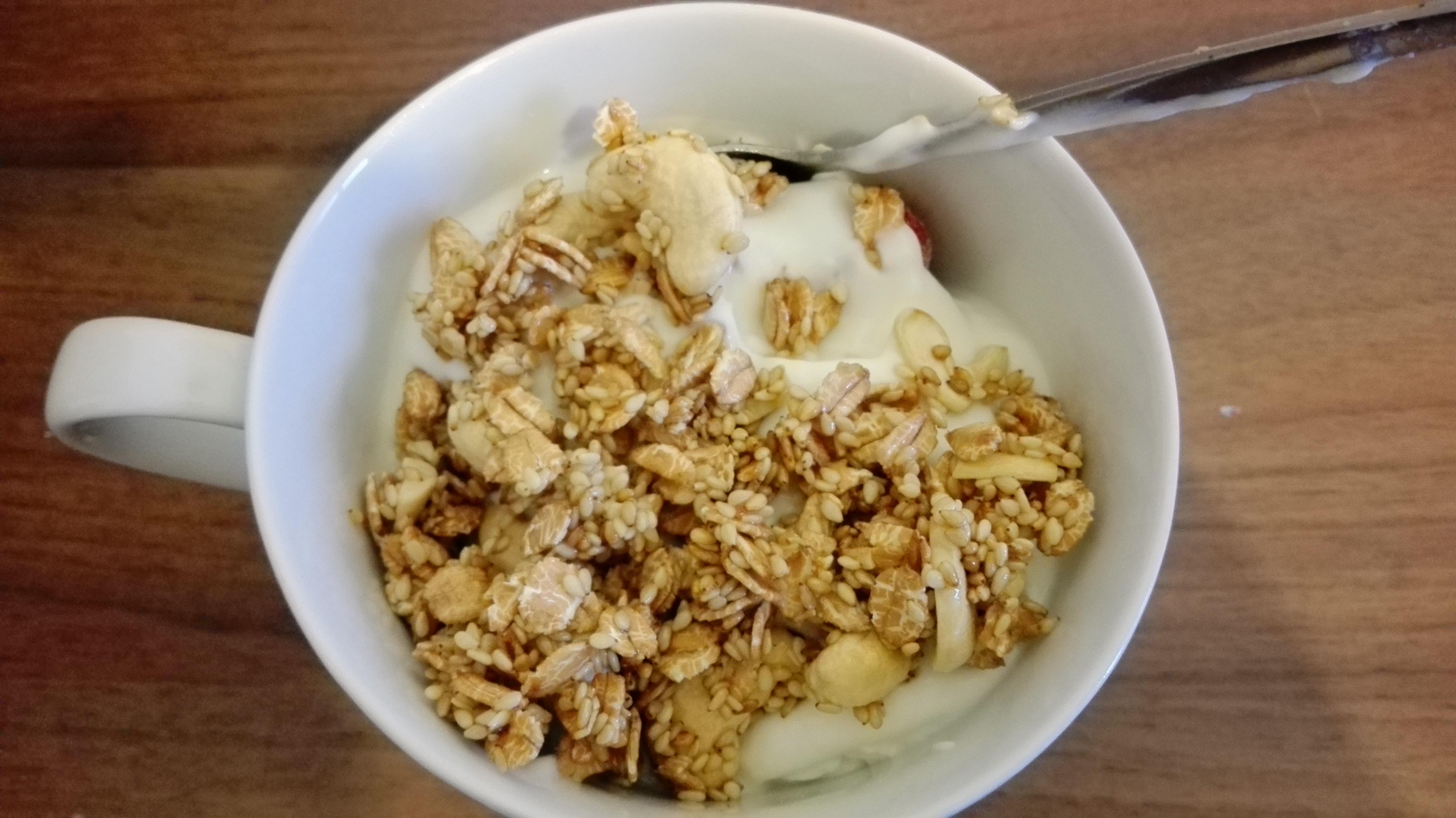 Cashew-Dinkel-Crunchy mit Joghurt und Obst