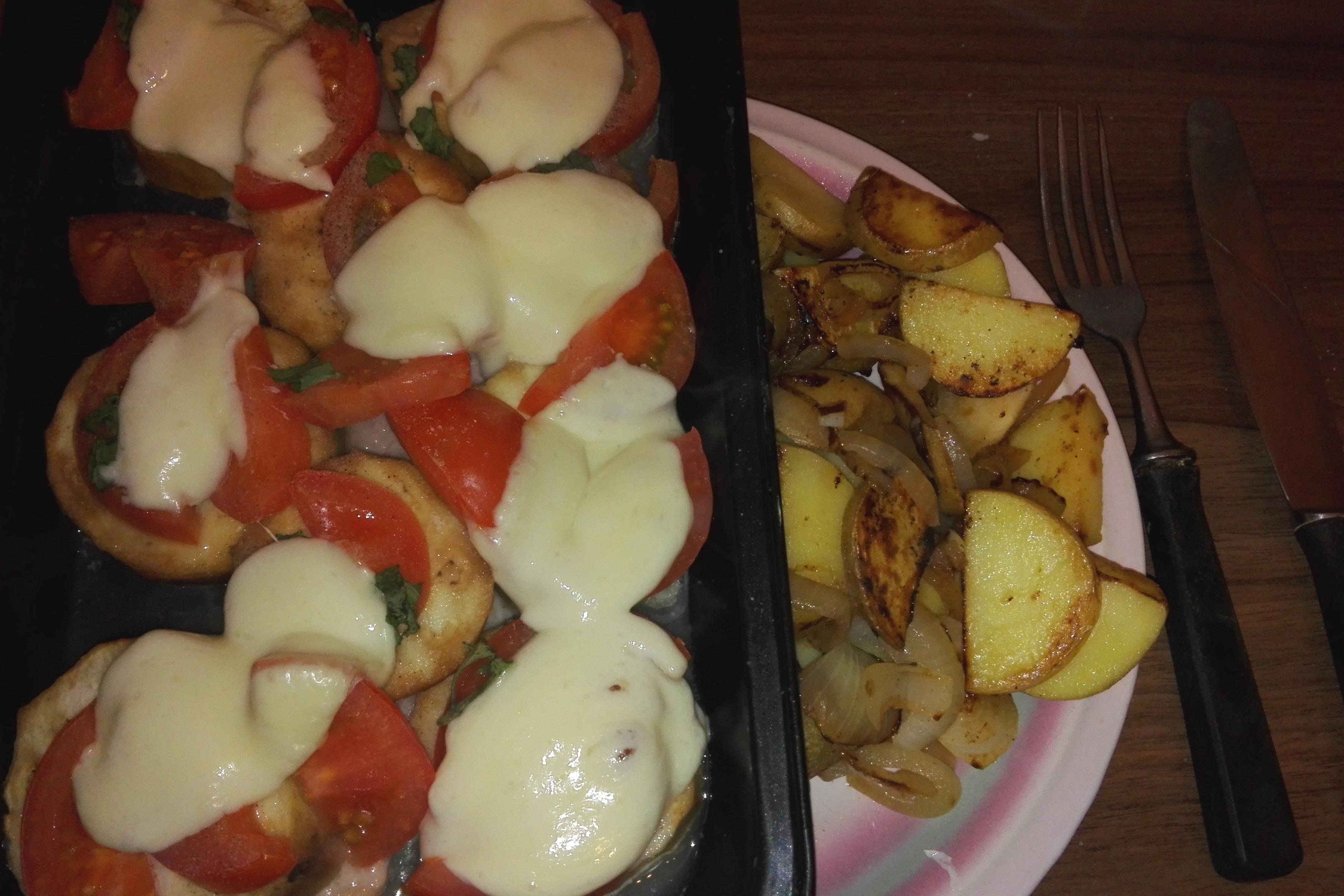Überbackene Kalbsschnitzel und eine kleine Portion Bratkartoffeln