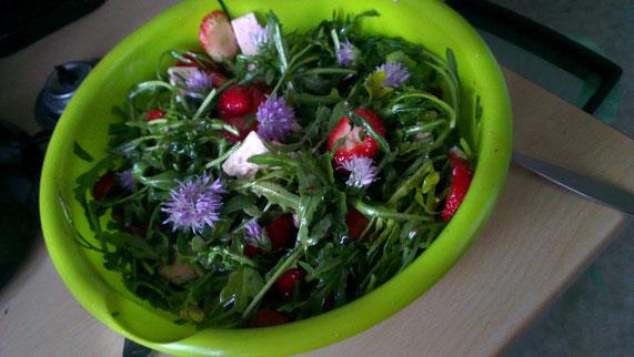 Salat mit Schnittlauchblüten, Rucola und Erdbeeren